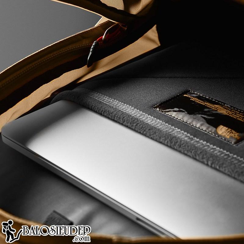 ngăn đựng laptop sử dụng vải lót lông cừu của the north face hot shot màu đỏ