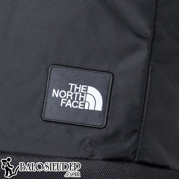 Logo the north face được gắn ở mặt trước của balo single tasker