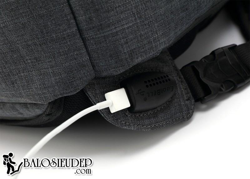 cổng kết nối USB giúp sạc điện thoại của balo Coolbell Cb7003
